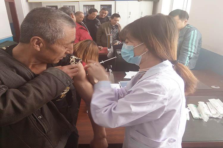 临江林业局为一线职工接种森林脑炎灭活疫苗