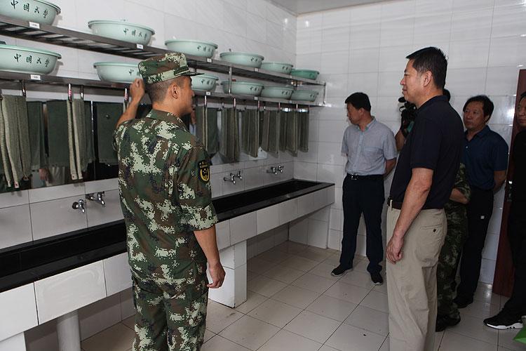 建军节露水河林业局领导走访慰问消防和武警官兵